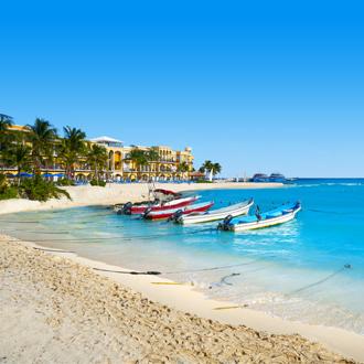 Bootjes in zee bij Playa del Carmen Mexico