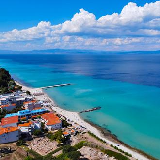 Uitzicht op de zee en huizen in Kallithea, Chalkidiki