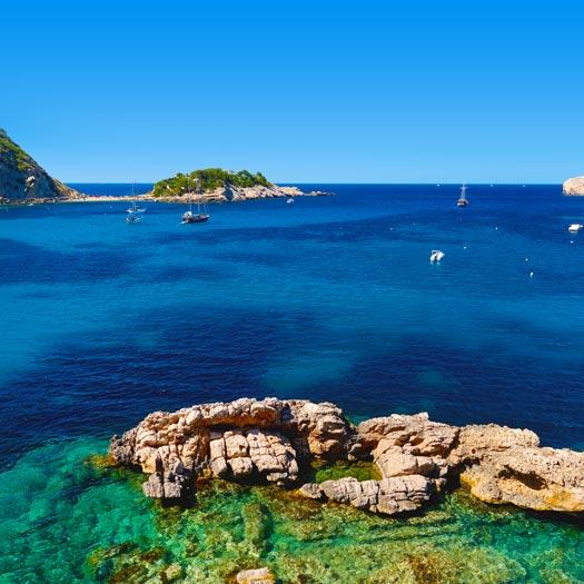 Kustlijn met helderblauwe zee in Puerto de San Miguel
