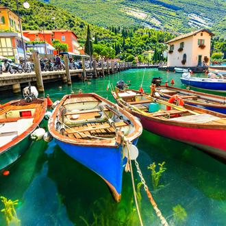 Zomerlandschap met houten boten Gardameer, Torbole stad, Italië