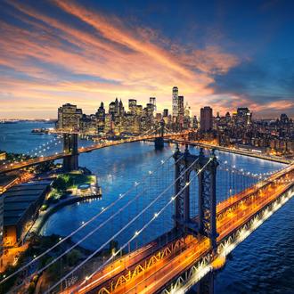 Zonsondergang met uitzicht op de Brooklyn Bridge en Manhattan