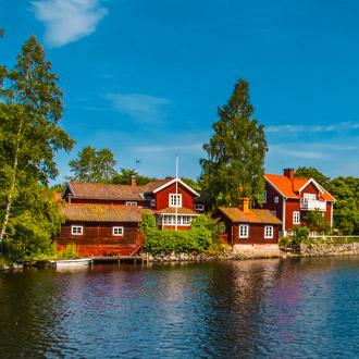 Zweedse huisjes aan rivier in Dalarna, Zweden
