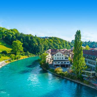 Een rivier in Bern met mooie huizen in Zwitserland