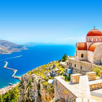 Afgelegen kerk met rode dak aan een klif in Griekenland