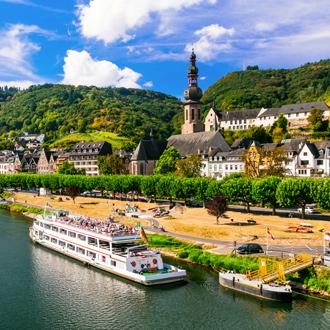 De middeleeuwse stad Cochem in de rivier van Rijn in Duitsland
