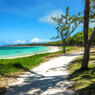 De turquoise wateren van het beroemde Belle Mare strand op Mauritius