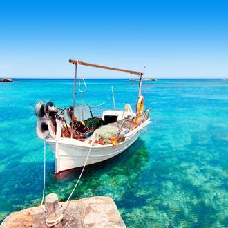Een vissersboot aan het strand van Els Pujols