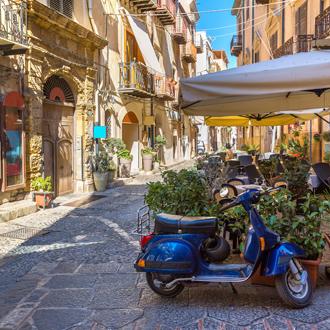 Klein straatje in de historische stad Cefalù