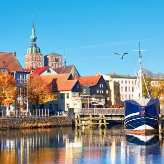 Zeilboten en huizen bij het kanaal in Stralsund