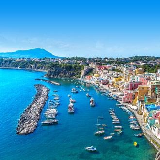 Gekleurde huizen bij haven in Napels Italië