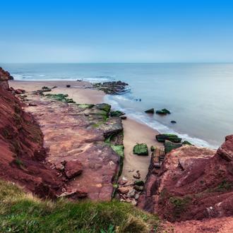Rode rotsen aan het strand