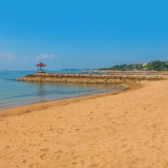 Mooi zandstrand met een pier in Benoa