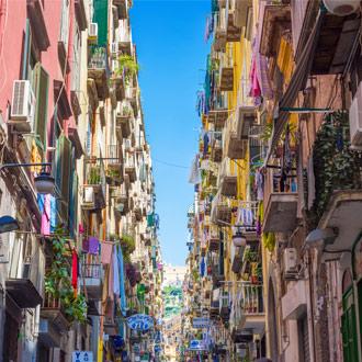 Kleurrijke straat met balkons in Napels Italië