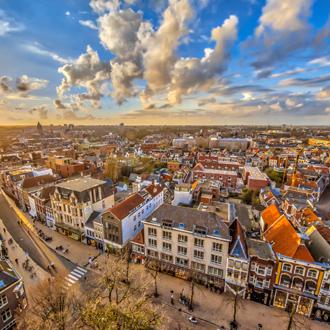 Luchtfoto over historisch deel van de stad Groningen bij zonsondergang