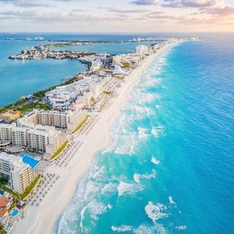 Luchtfoto van het strand van cancun en vele resorts, Mexico