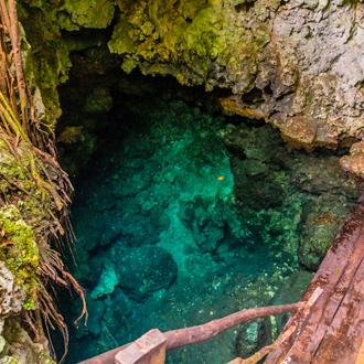 National Park El choco. Met prachtig helderblauwe zee in een grot.