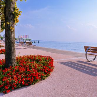 Pittoresk uitzicht vanaf de boulevard van Bardolino aan het Gardameer