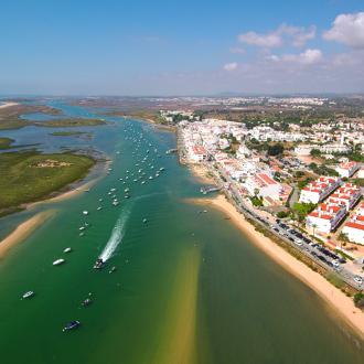 Panorama van de stad Cabanas met, prachtige lagune en bootjes in het water.