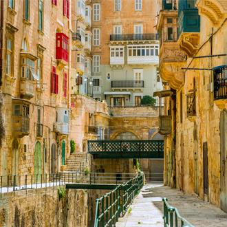 Smalle straatjes met gekleurde ramen in Valletta