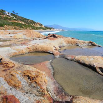 Stenen bij Punta Chullera strand aan de Costa del Sol in Spanje