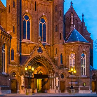 straatzicht met de heikese kerk in het centrum van Tilburg Nederland