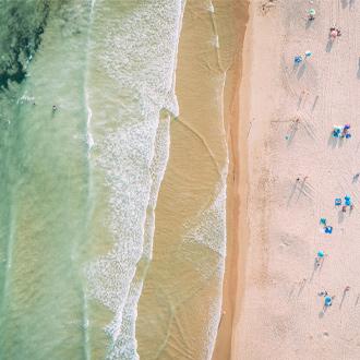 strand van Cabanas, met azuurblauwe zee en een wit zandstrand.