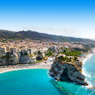 Uitzicht op het strand en een rots in Tropea, Italie
