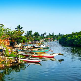 Visserdorpje met boten op het kanaal in Negombo
