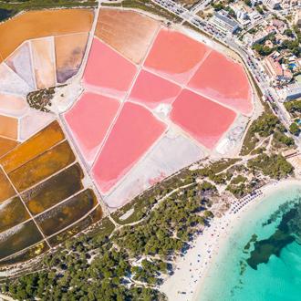 Zoutvlakte, met verschillende kleuren, roze, bruin en azuurblauwe zee.