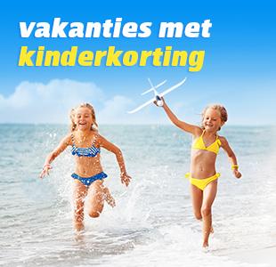 Kindje met zonnebril en hoedje, zittend op het strand met voeten richting de camera