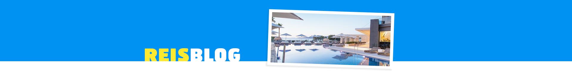 Zonsondergang in het hotel Aqua Blu Boutique en Spa, met ligbedden en witte parasols