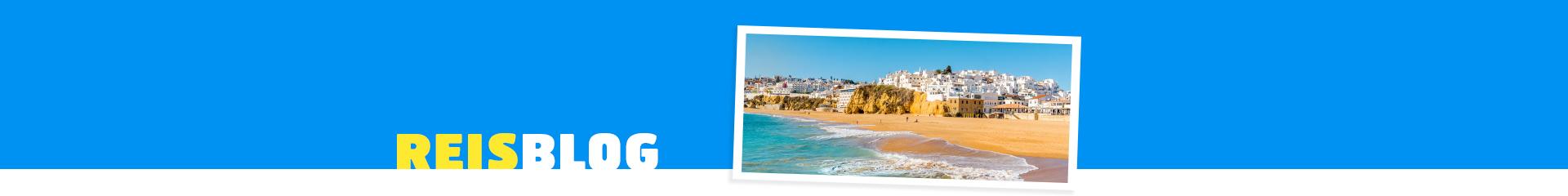 Uitzicht op de badplaats Albufeira vanaf het strand in Portugal