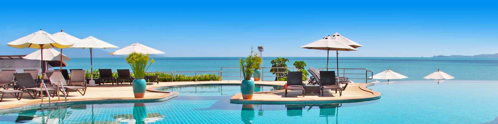 Luxe zwembad met ligbedjes en parasols op een all inclusive vakantie