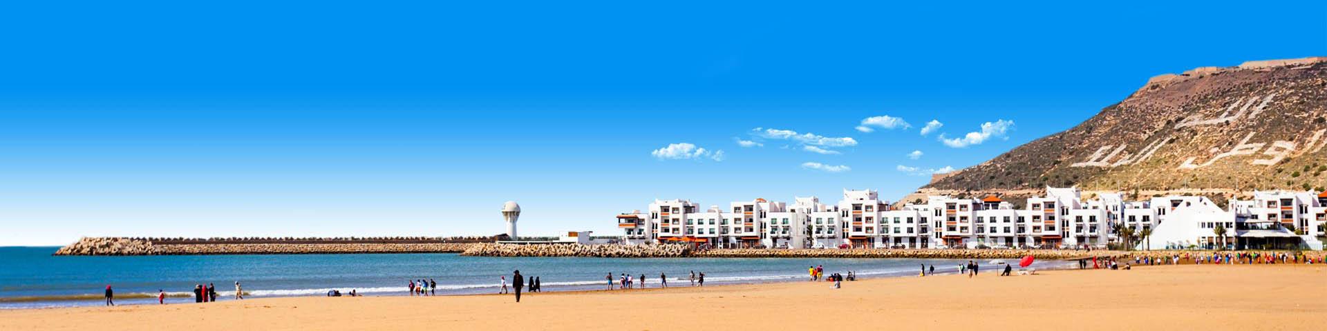 Het uitzicht op het strand, de zee en hotels in Agadir