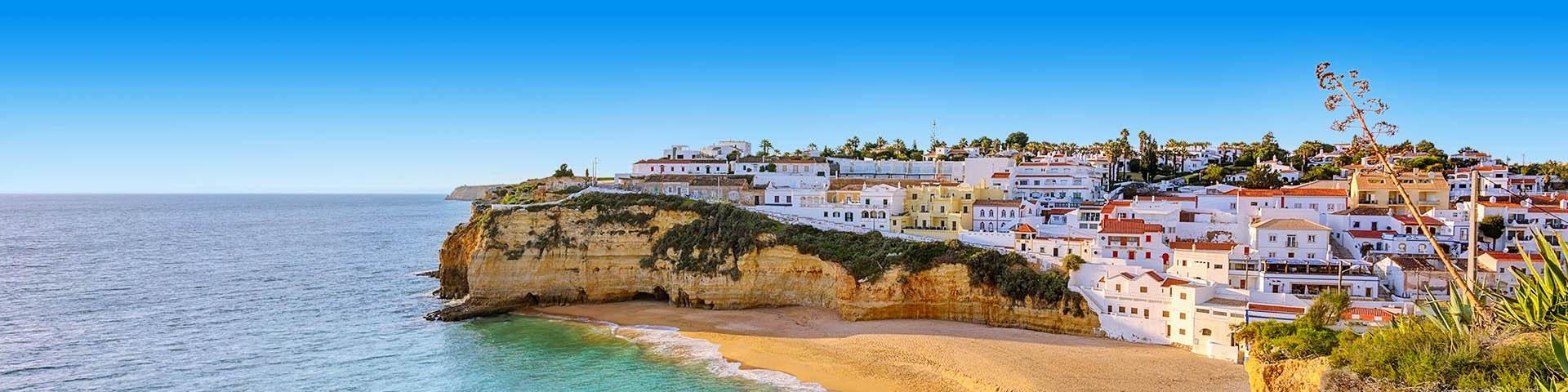 Het uitzicht op het strand en de rotsen in Albufeira