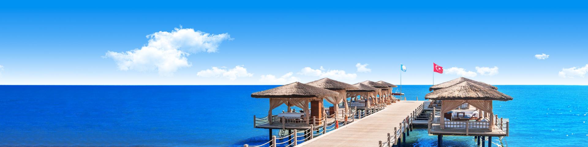 Uitzicht op een hotel met waterpark en de zee van Belek in Turkije