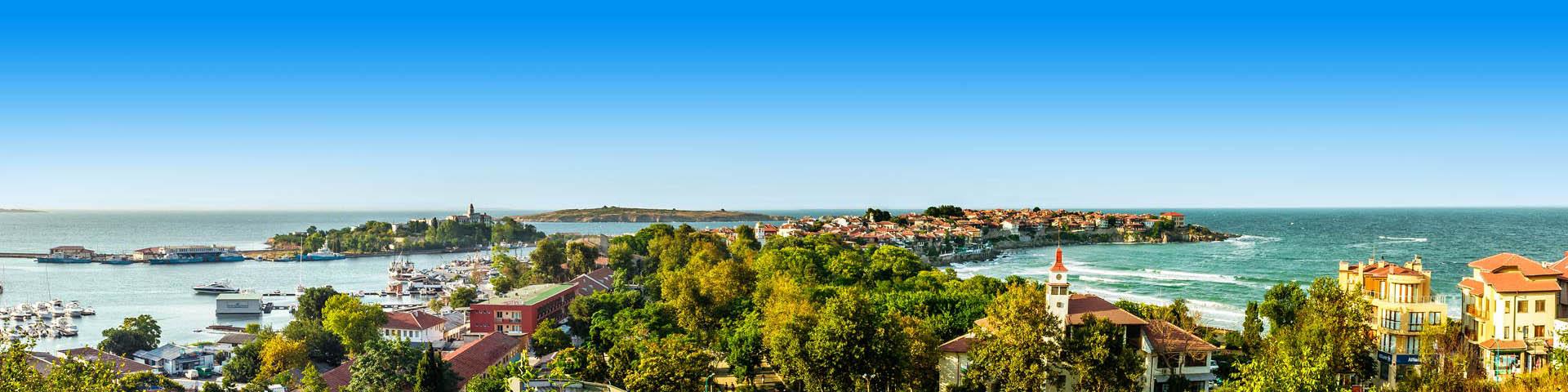 Een stad aan de kust van Bulgarije met de zee op de achtergrond