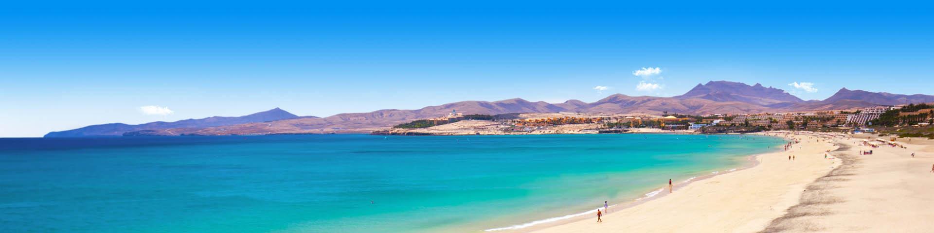 Blauwe zee met bergen in Costa Calma