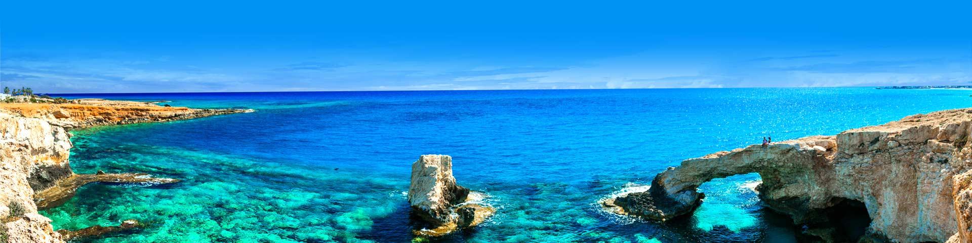 Schitterend kraakhelder zeewater met rotsen aan de kust van Cyprus
