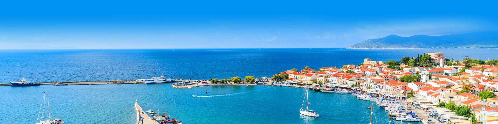 Baai met bootjes omringd door huisjes aan de Egeïsche Kust van Turkije