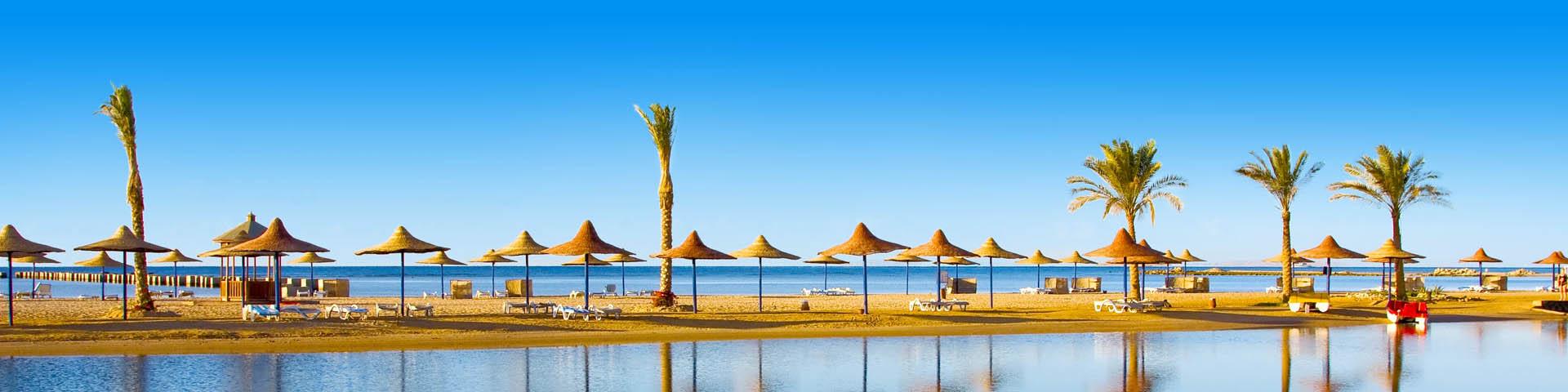 Uitzicht op de zee en parasols in Hurghada