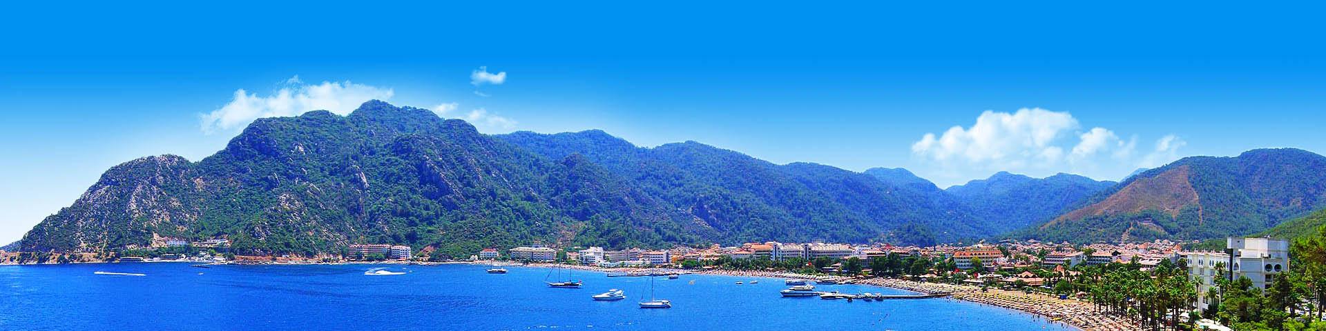 Uitzicht op de kustlijn en de heuvels van Içmeler in Turkije