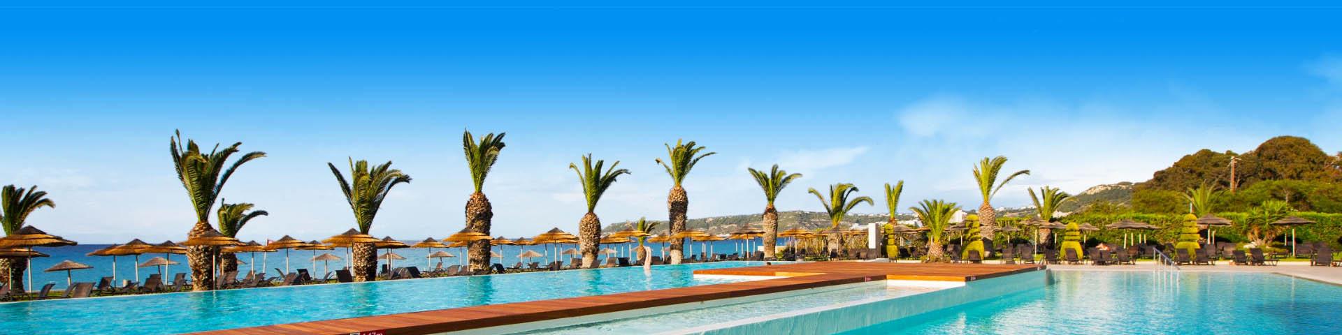 Zwembad en palmbomen in Ixia