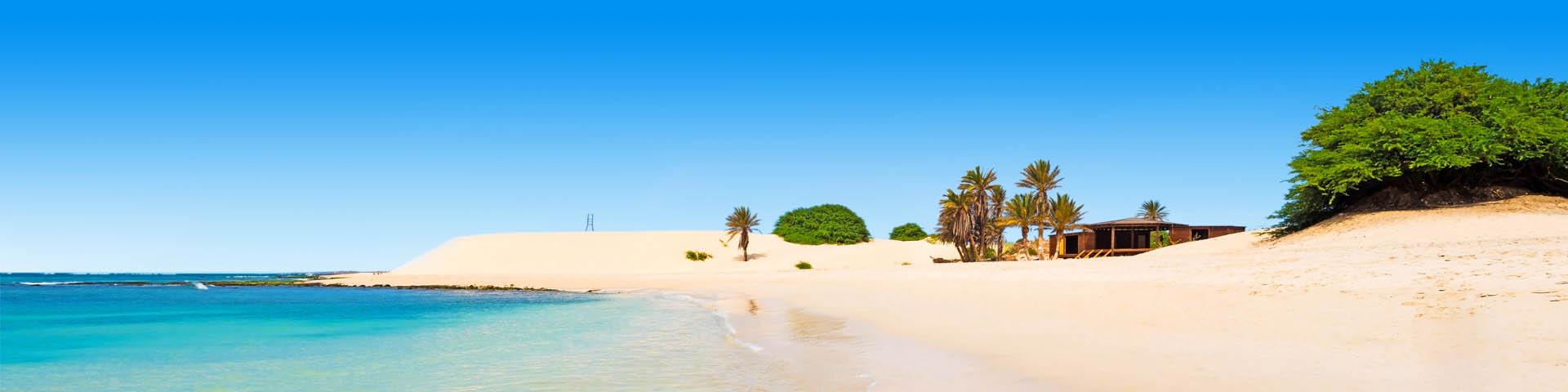 Parelwit zandstrand met helderblauw zeewater aan de kust van Kaapverdië