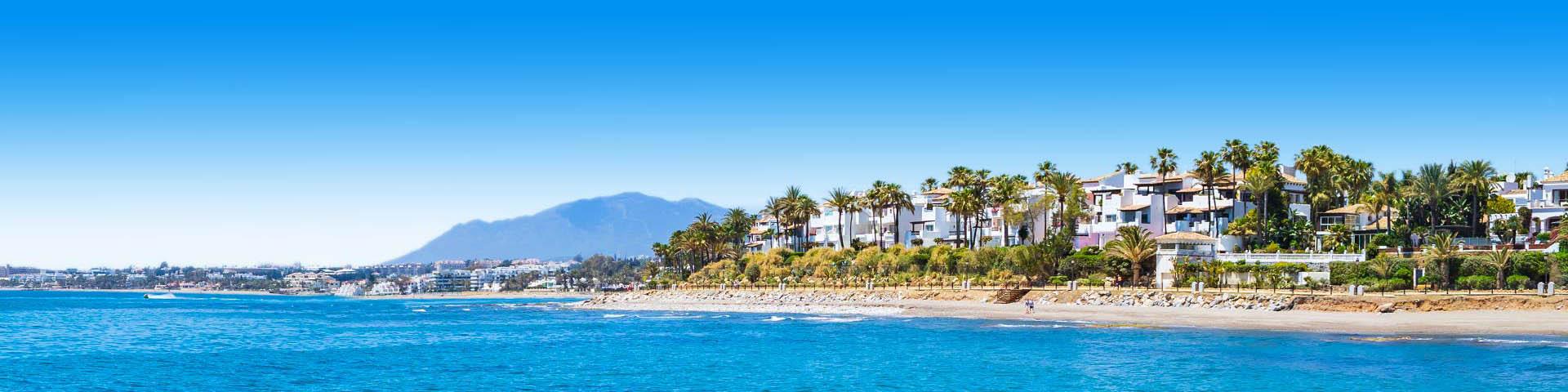 Uitzicht op het mooie strand van Marbella met ligbedjes en parasols