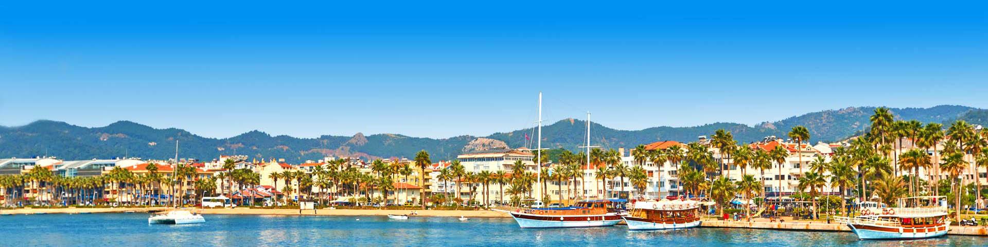 Uitzicht op de haven en kustlijn van Marmaris in Turkije