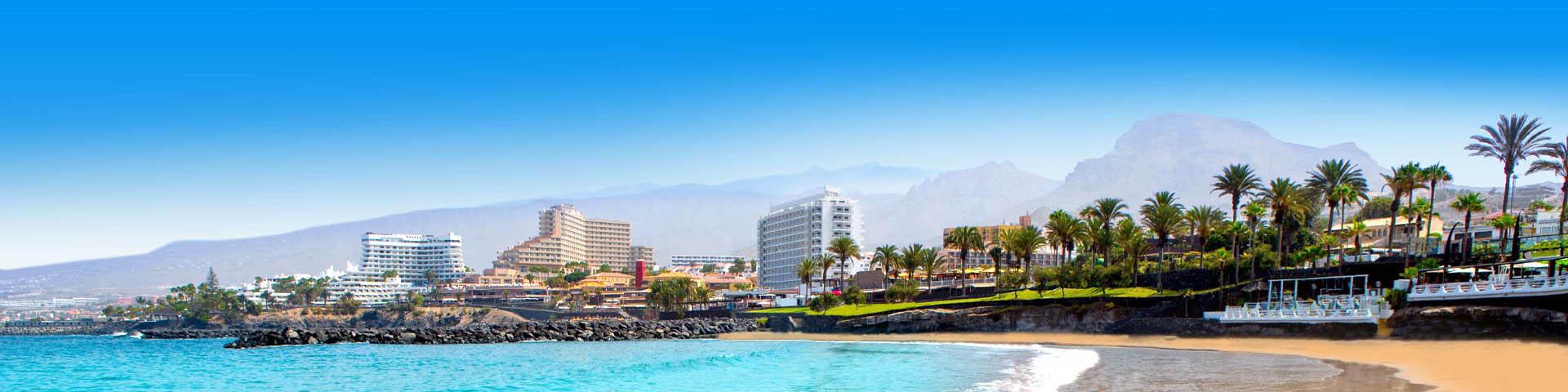 Het strand en gebouwen in Playa de las Américas