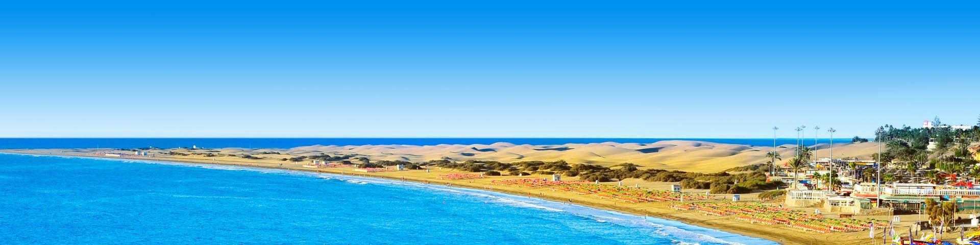 De blauwe ze en het gele strand in Playa del Inglés