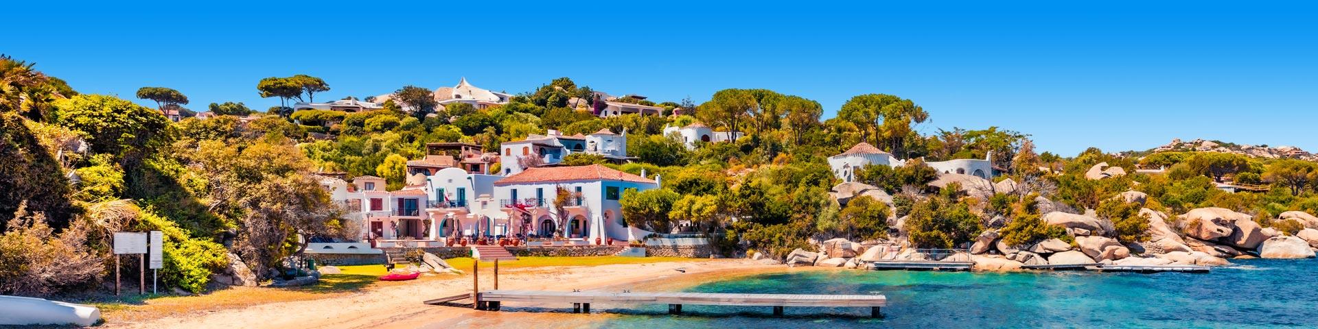 Uitzicht op een stijger en dorpje op het Italiaanse eiland Sardinië