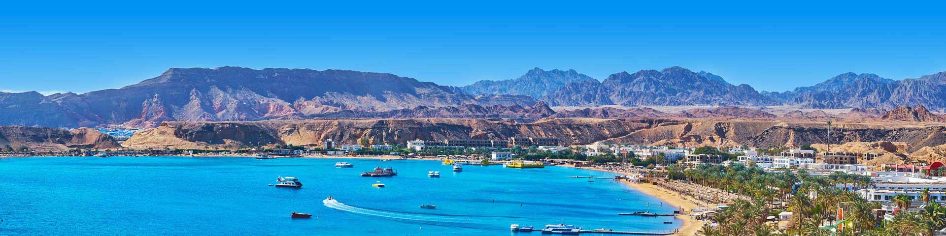 De blauwe zee en bergen bij Sharm el-Sheikh